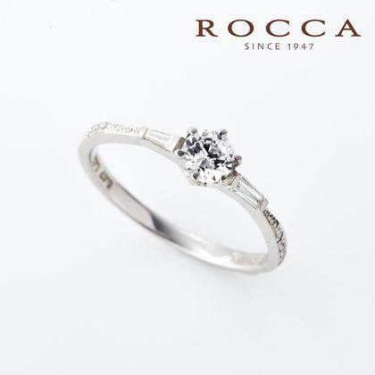 【ROCCA(ロッカ)】【ROCCA】サイドにあしらわれたテーパーダイヤモンドがおしゃれ!シンプルエンゲージリング