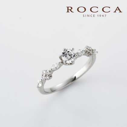 【ROCCA(ロッカ)】【ROCCA】サイドのお花が可愛い!重ね付けにもぴったりなエンゲージリング