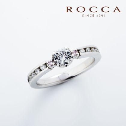 【ROCCA(ロッカ)】【ROCCA】さりげないピンクダイヤが可愛い!シンプルエンゲージリング
