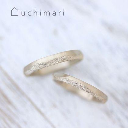 【uchimari(ウチマリ)】波模様の結婚指輪