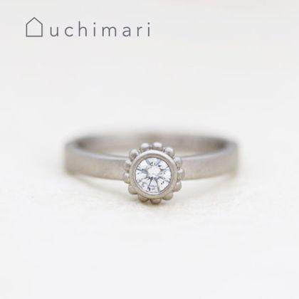 【uchimari(ウチマリ)】小さな花びらがひらいたような婚約指輪