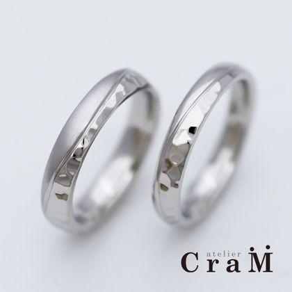 【atelier CraM(アトリエ クラム)】フラットと鎚目のデザインコントラストがお洒落な結婚指輪【フルオーダー】