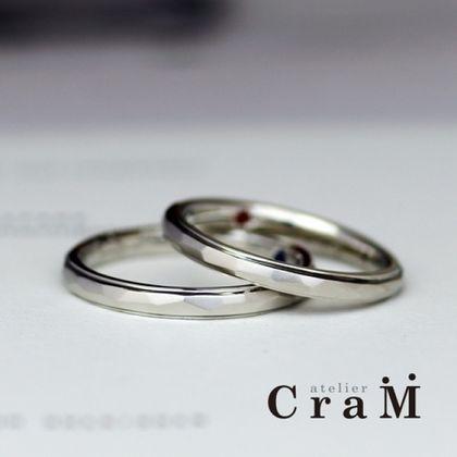 【atelier CraM(アトリエ クラム)】大き目カットの槌目と段差の入ったプラチナマリッジリング【手作り結婚指輪】