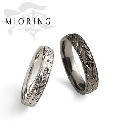【OGAKI SASHIGEN(大垣さし源)】MIORING 月桂双樹 -げっけいそうじゅ- 向かい合う月桂樹の彫刻が華やかに祝福する鍛造結婚指輪